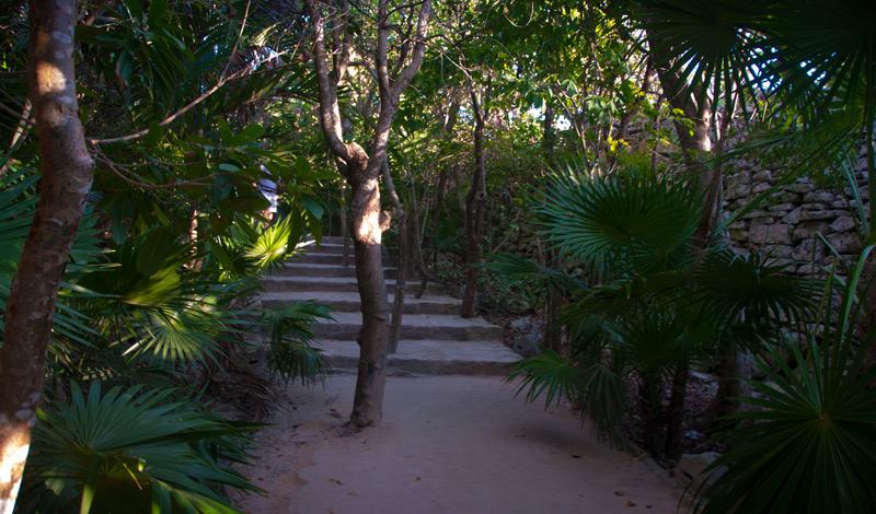 Gången in mot stranden och Mayaruinerna