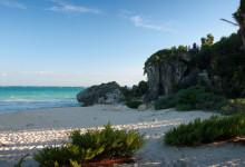 Stranden vid Tulums Mayaruiiner