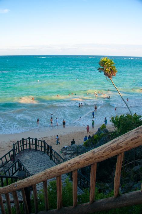 Stranden nedanför Maya ruinerna i Tulum