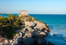 Tulums maya ruiner lägger vackert beläget utmed havet