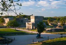 Vy över området med maya ruinerna i Tulum