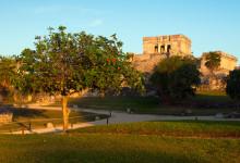 Kvällssol över Tulum Maya Ruiner