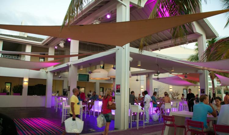 Eftermiddagssolen lockar många till Papagayo Beach Club, Curacao