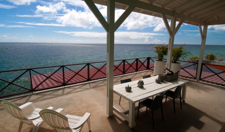 Underbar terass med fantastisk vy ifrån Seaside Rendez-vous rummet på Bijblauw Hotel i Willemstad, Curacao