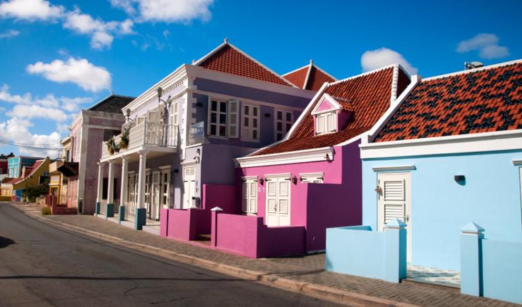 Typisk vy längst Pietermaai gata i Willemstad, Curacao