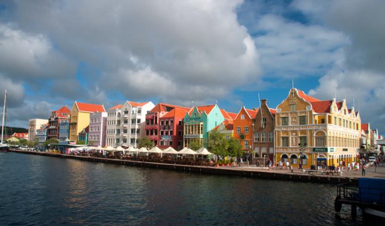 Dessa vackra färgstarka hus är en vanlig bild som ofta symboliserar Curacaos huvudstad Willemstad