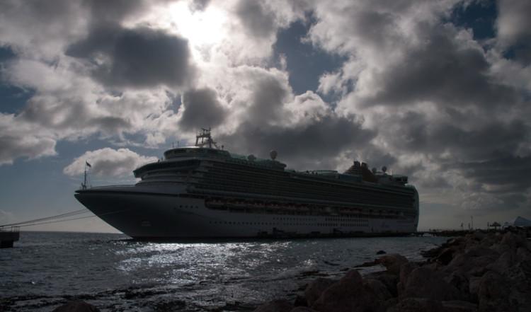 Ett av de stora kryssningsfartygen som lagt till i Willemstad