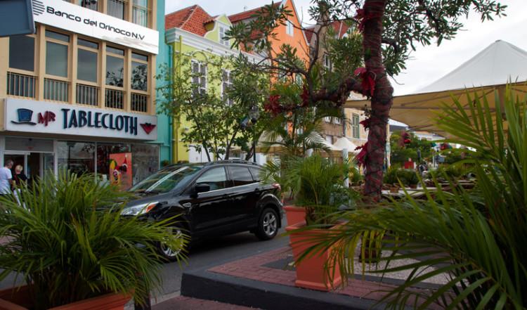 Iguana Cafe ligger har perfekt läge på gatan utmed vattnet vid Queen Emmas bridge i Willemstad