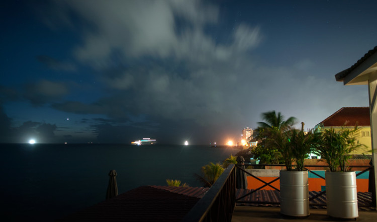 Vy över havet och fartyg som lägger ut, sett från vår terrass på Bijblauw Hotel