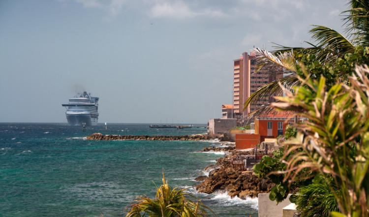 Utsikt över kuststräckan sett från Bijblauw Hotel, Willemstad, Curacao
