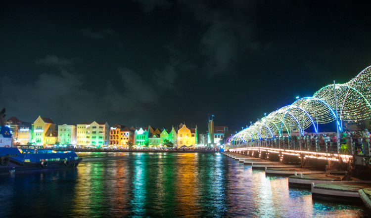 Nyårsfirande vid Queen Emma Bridge i Willemstad, Curacao