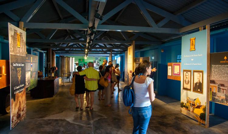 Inne på Curacao likör fabrik i Willemstad