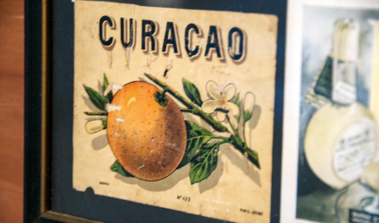 Målningar inne på Likör fabriken i Willemstad, Curacao