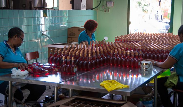 Platsen där etiketterna på flaskorna klistras på, Curacao likör fabrik i Willemstad, Curacao