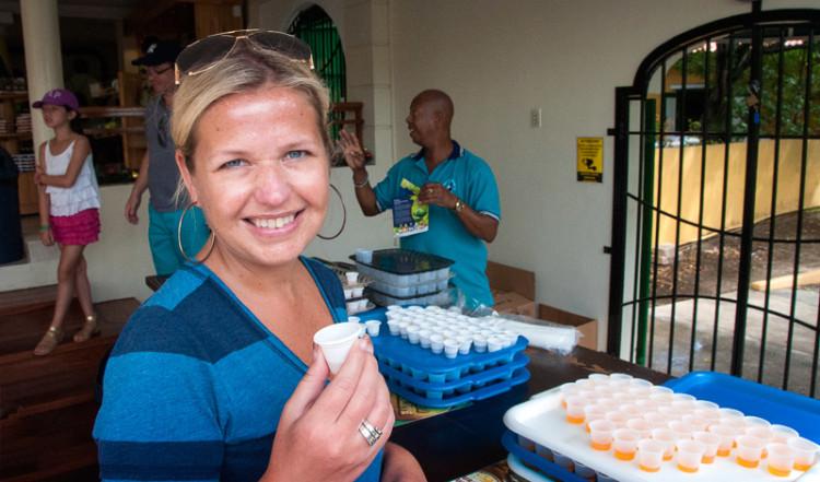 Anki provsmakar olika sorter av Curacao likör på likörfabriken i Willemstad