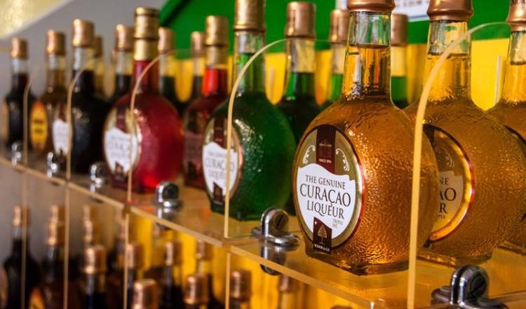 Curacao likör till försäljning i butiken