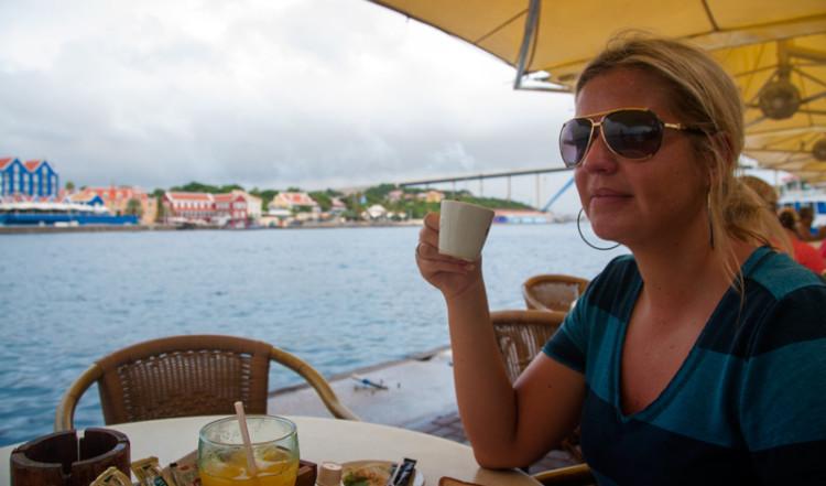 Fika på Iguana cafe under tiden de mörka molnen passerar, Willemstad, Curacao