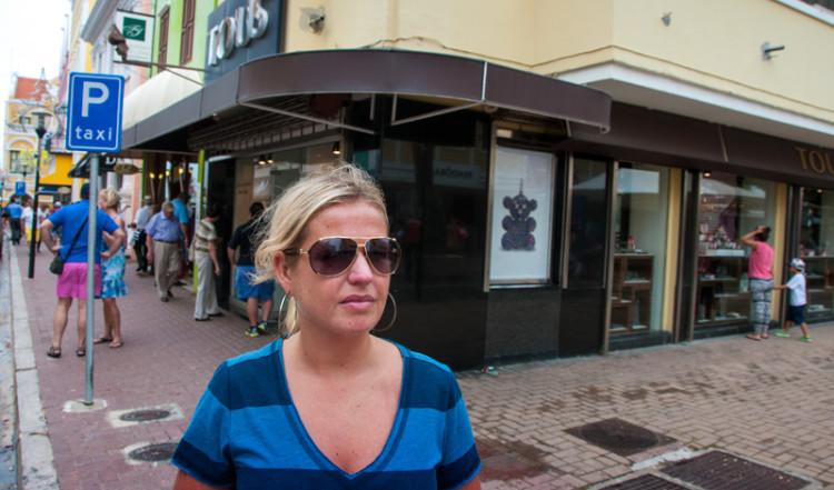 Anki på väg genom centrala stan i Willemstad, Curacao