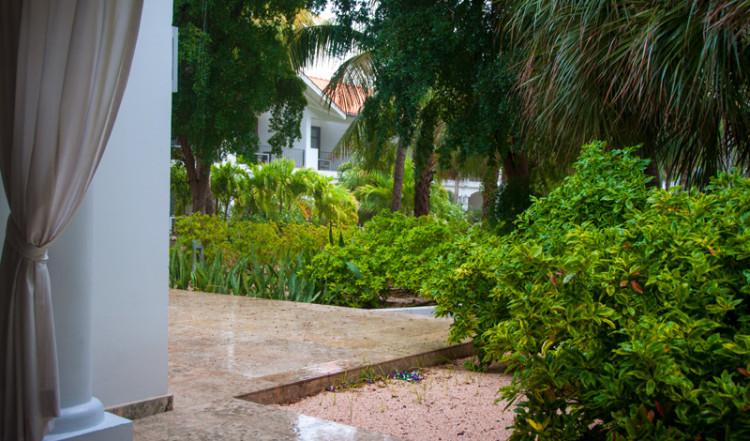 Vi låter regnet passera under tiden vi sitter på terrassen till vårt rum på Floris Suite Hotel i Willemstad, Curacao
