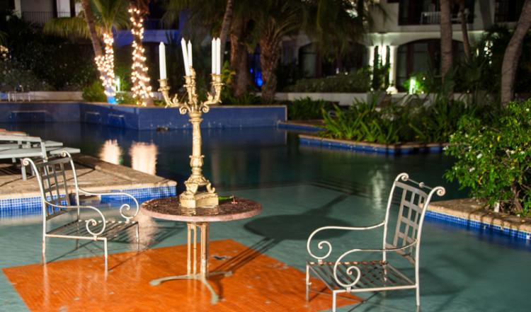 Bord med kandelaber i poolen till Floris Suite Hotel i Willemstad, Curacao