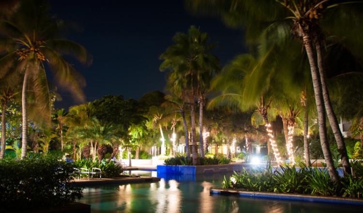 Vacker belysning över poolområdet till Floris Suite Hotel i Willemstad, Curacao