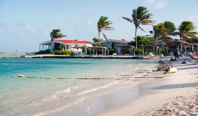 Eftermiddagssol över stranden till Sorobon Beach Resort på Bonaire