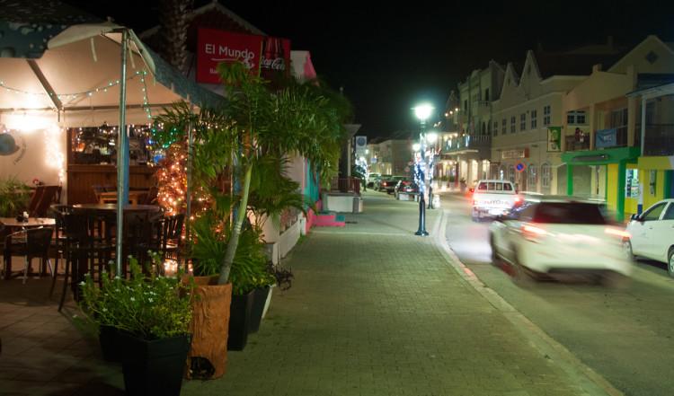 Huvudgatan i Kralendijk kvällstid, Bonaire
