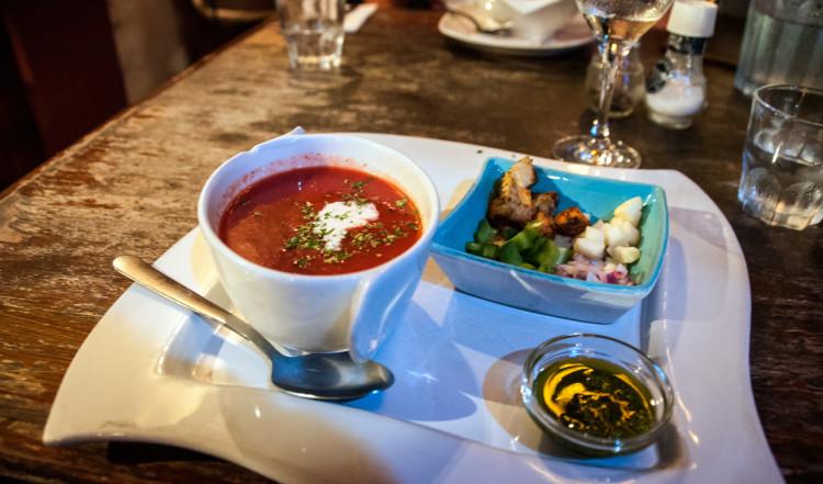 Gazpacho till förrätt på uteserveringen till La Guernica Restaurang, Bonaire