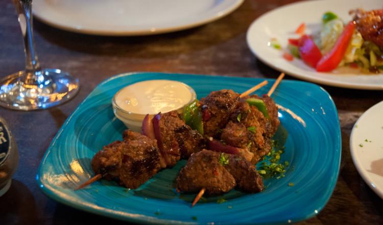 Goda smårätter serverade på La Guernica Restaurang, Bonaire