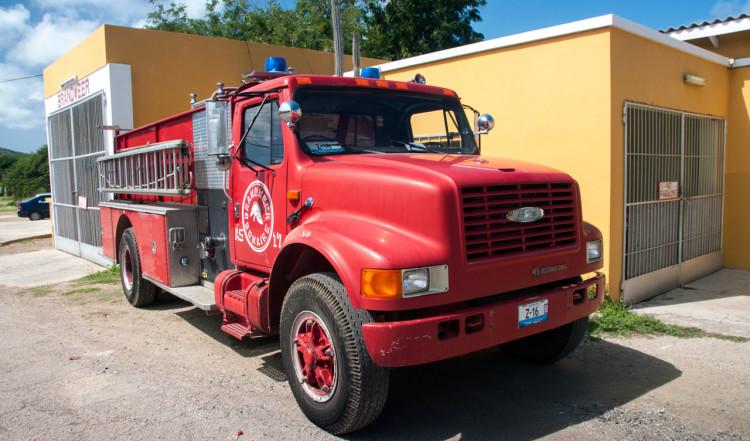 Brandbil utanför brandstationen i Rincon, Bonaire