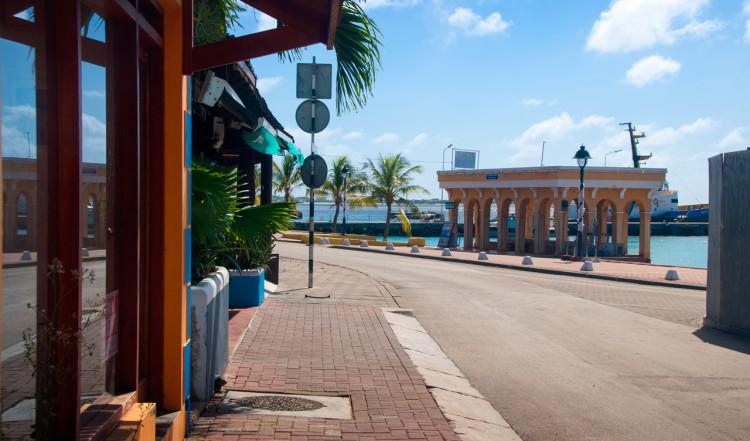 Gata längst hamnområdet i Kralendijk, Bonaire