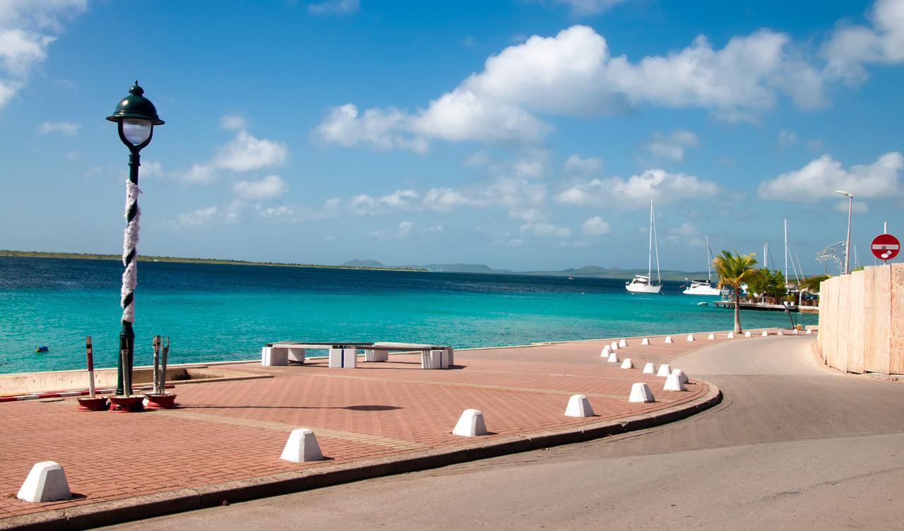 Vackra vyer längst vattnet i Kralendijk, Bonaire