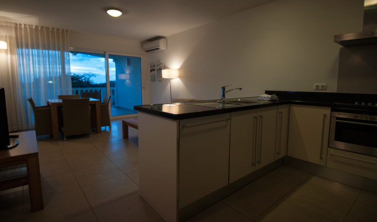 Kök och vardagsrum i vårt rum på Blue Bay Curaçao Golf & Beach Resort