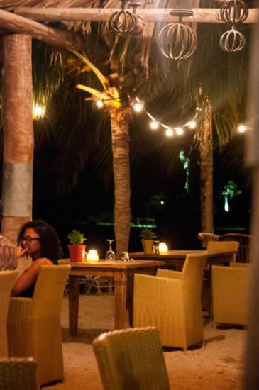 Med fötterna i sanden, AzZuro Restaurang på Blue Bay Curaçao Golf & Beach Resort