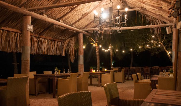 Mysig miljö på AzZuro Restaurang på Blue Bay Curaçao Golf & Beach Resort