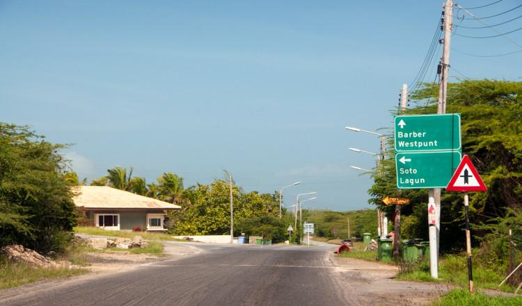 Vi kör längst gatorna på Curaçao
