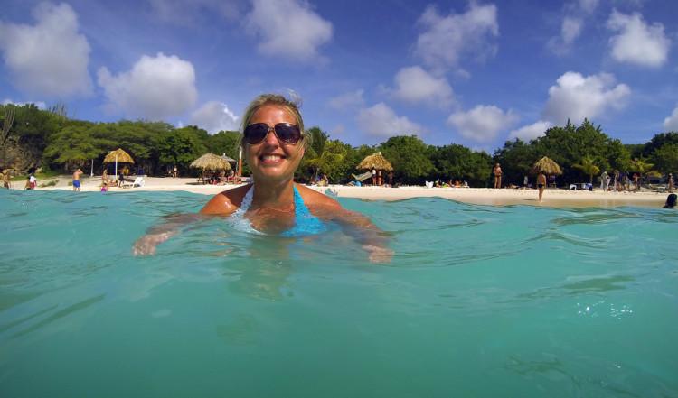 Anki i det sköna havet på Playa Kenepa Grandi, Curaçao
