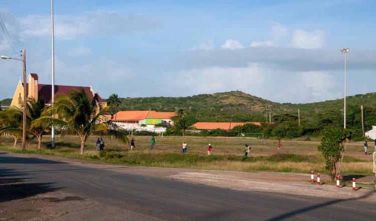 Några pojkar leker vid vägen, Curaçao