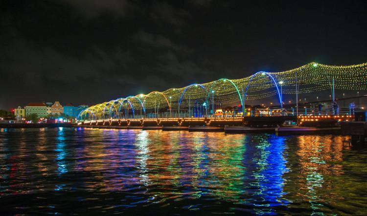Vacker belystning längstmed Queen Emma Bridge