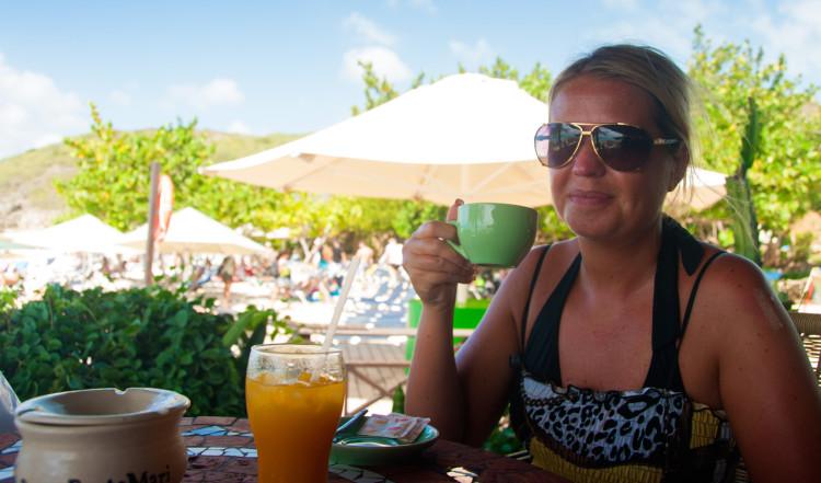 Anki intar frukost på serveringen vid Playa Porto Mari, Curaçao