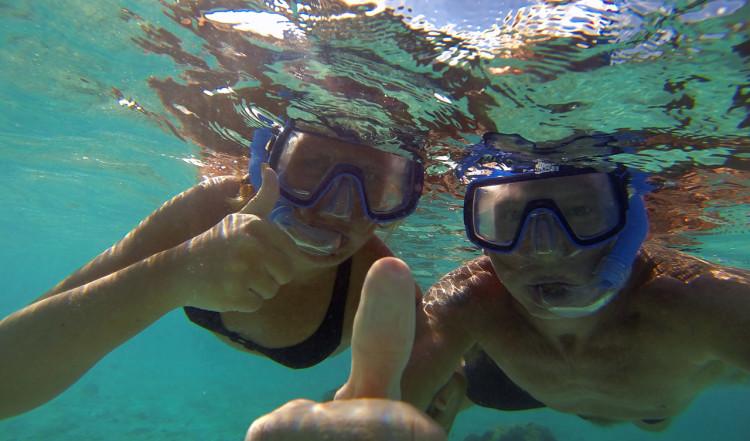 Tummen upp för snorkling vid Playa Porto Mari på Curaçao