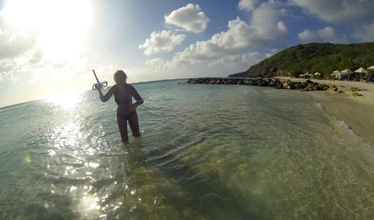 Anki på väg upp ur vattnet efter att ha snorklat, Playa Porto Mari, Curaçao