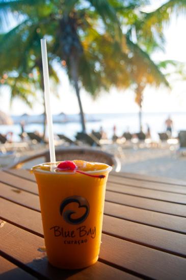 En drink innan solnedgången, Blue Bay Curaçao Golf & Beach Resort