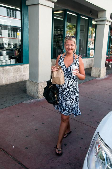 Anki köper frukost i South Beach, Miami