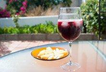 Tinto de verano och manchego ost i trädgårdens eftermiddagssol