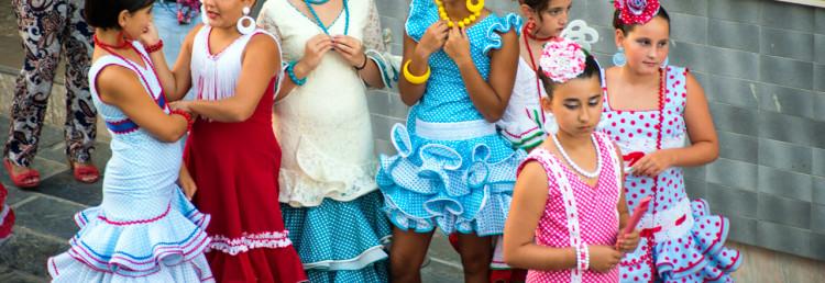 Flickor i flamenco klänningar under processionen
