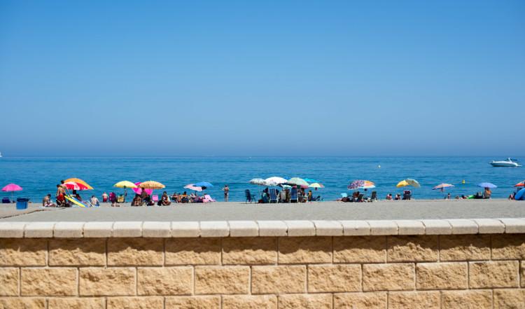 Vy från strandpromenaden i Sabinillas
