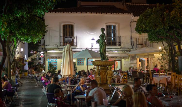 Kvällsliv på torg i Estepona