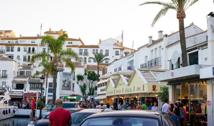 Längst Puerto Banús hamn