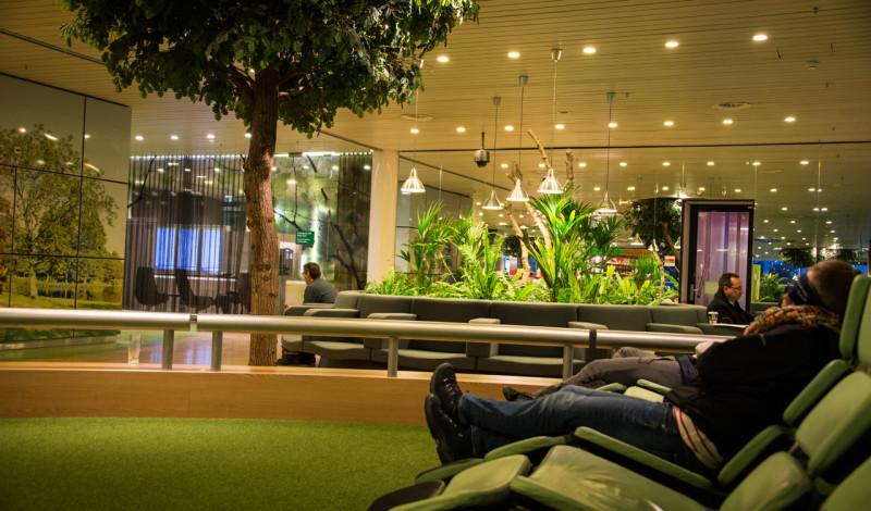 Njuter en stund vid skön relax avdelning vid mellanladningen på Schiphol flygplats
